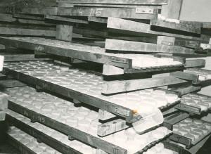 Fédous sur claies en bois sous la voûte.
